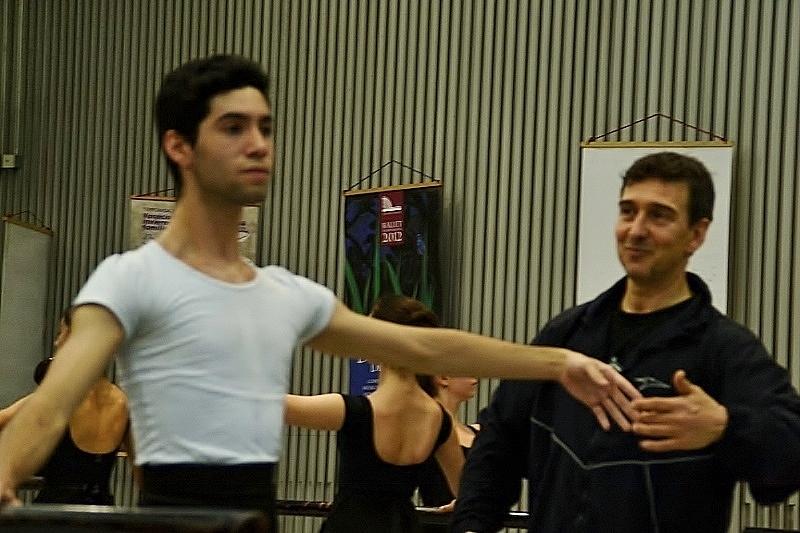 Simpatía y risas. Ese fue el cariz que dio el Maestro a su clase. Foto: Revol.