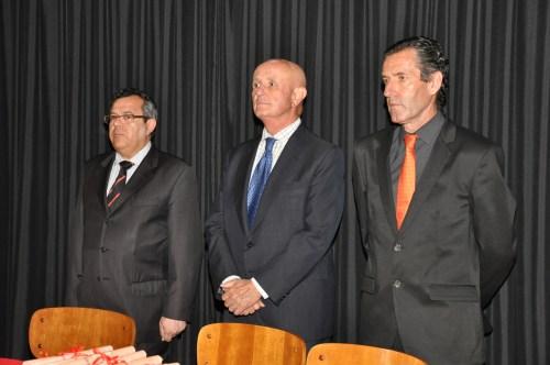 De izquierda a derecha, Manuel Lucena, Agregado de Educación, Nicolás Martín, Embajador de España en Colombia y Miguel Ángel Villaobos, Rector, escuchando los himnos nacionales de Colombia y España