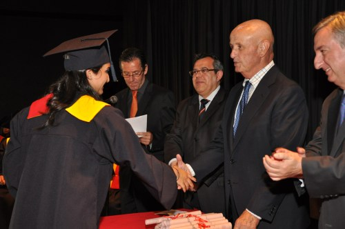 El Sr. Embajador, Don Nicolás Martín Cinto, entregando un diploma