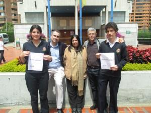 Alejandro Ardila, con Laia, y el equipo docente que lo asesoró.