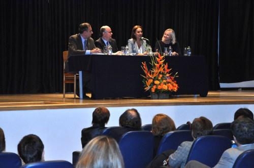 De izquierda a derecha, el Rector, Luis Fernández, el Consejero Cultural, Bernabé Aguilar, la escritora María Dueñas y la VIcerrectora, Julieta Mrocek. (Fotografía Juan Francisco Zuleta Orjuela).