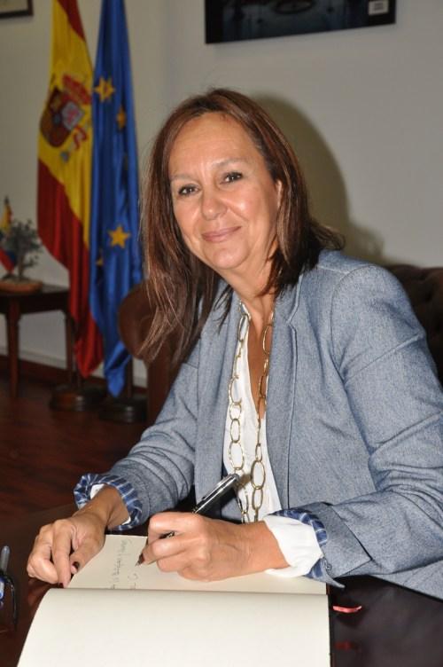 María Dueñas firmó el Libro de Honor del CCEE Reyes Católicos (Fotografía Juan Francisco Zuleta Orjuela)