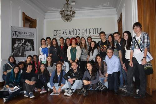 El grupo de Bachillerato, con Esther Rebollo, Directora de la Agencia EFE en Colombia