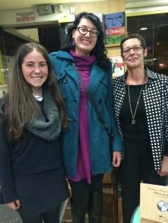 La autora, una docente de francés del centro y una alumna en la presentación del libro
