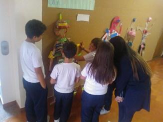Los más pequeños explican su tarea. (Fotografía Enrique Segovia)