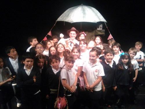 Alumnado de 4º de primaria con el actor de la obra.