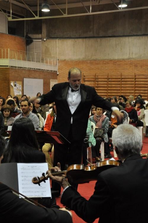 Santiago Lanz, dirigiendo a Cantabile en la Misa Tango