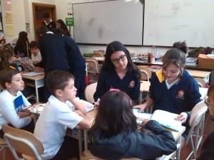 Alumnado interactuando en el aula.