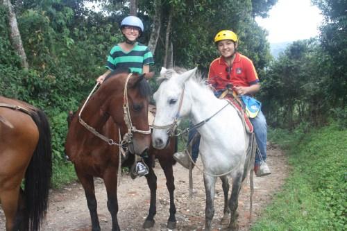 Alumnado en la ruta a caballo.