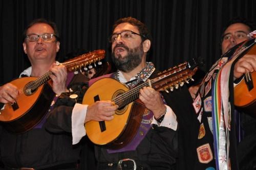 Miembros de la Tuna interpretando una canción.