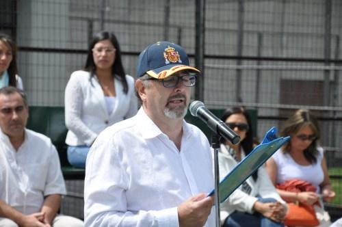 Don Pedro José Mateo dirigiéndose al público y a la comunidad escolar.