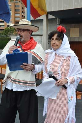 Los presentadores Pedro José Mateo y Rosa María de Hevia. Fotografía (Juan Francisco Zuleta Orjuela)