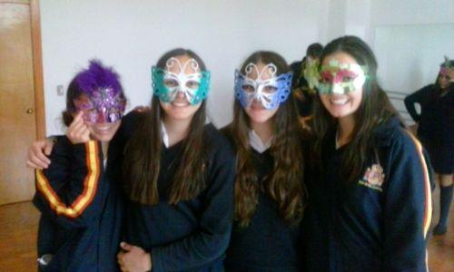Alumnas con máscaras.
