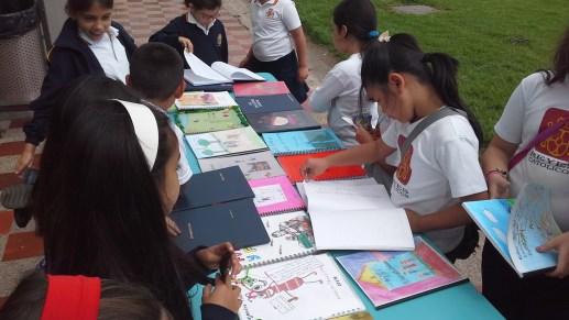 Examinando los libros realizados.