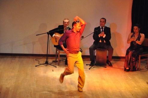 El bailarín Amilkar Olalla acompañado de la