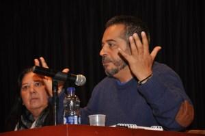 Mario Mendoza en plena conferancia.Acomapañ la Profesora Mabel Mendoza.