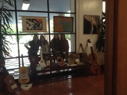 Alumnado junto a una muestra de los instrumentos musicales realizados.
