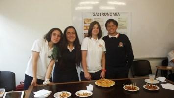 Alumnado responsables de explicar las comidas en la degustación gastronómica europea.