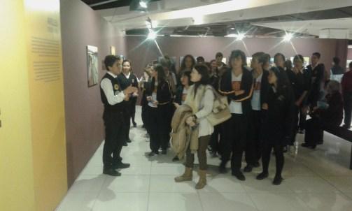 El primer grupo visitante acompañado por las profesoras Cristina Portillo y Violeta Ariza atendiendo a las explicaciones del guía.