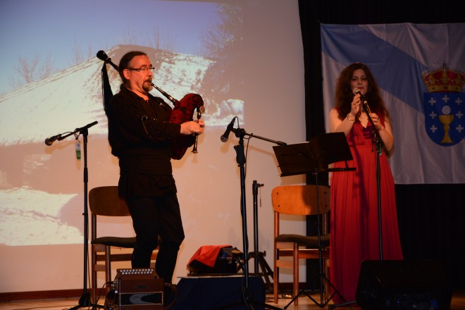 Bieito Romero, con la gaita galega, y Paula Rey, miembros del grupo Luar na Lubre, en el Centro Cultural Reyes Católicos