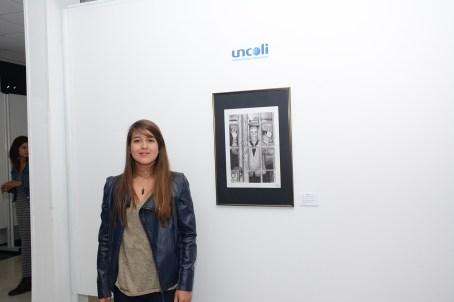 La alumna María José Caldera posa junto a una de sus obras.
