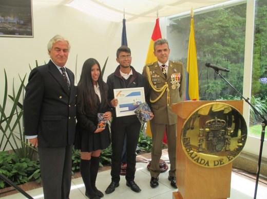 Recibiendo los premios junto al Coronel José Matías Fuentes y nuestro Excmo. Sr Embajador de España en Colombia Don Ramón Gandarias de Celis