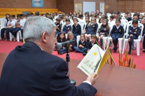 Rafael Dezcallar leyendo frente al auditorio.