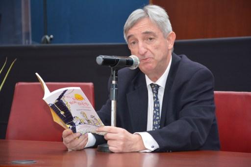 Rafael Dezcallar presentando el libro.