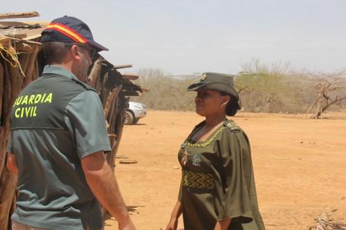 Una policia Wayúu, junto a un Teniente de la Guardia Civil apoyaron la cooperación en la Guajira