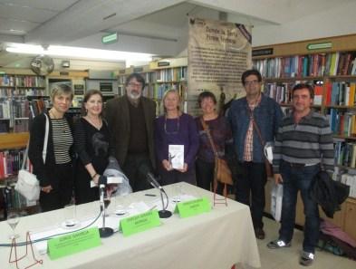 Julieta Mrocek (derecha) junto al escritor español Enrique Gomáriz Moraga acompañada de profesorado del CCEE Reyes Católicos