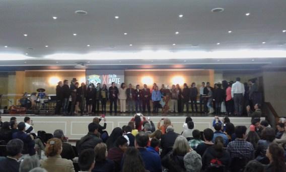 Artistas participantes presentándose en el auditorio del Colegio Santo Tomás de Aquino.