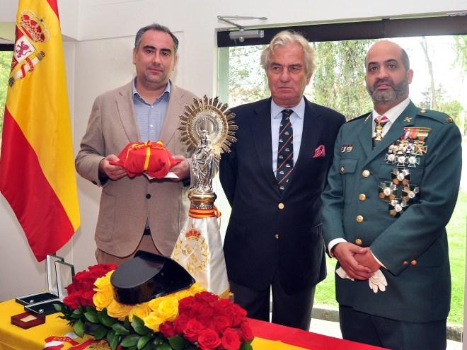 El Rector Luis Fernández entregó a la Guardia Civil una imagen de la Virgen de Pilar, al Teniente Eugenio Ángel rafael, en presencia del Embajador de España Ramón Gandarias
