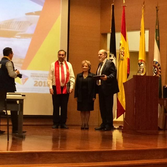 El director del Coro Santiago Lanz y el rector Luis Fernández recogieron la placa de agradecimiento de la Universidad Santo Tomás