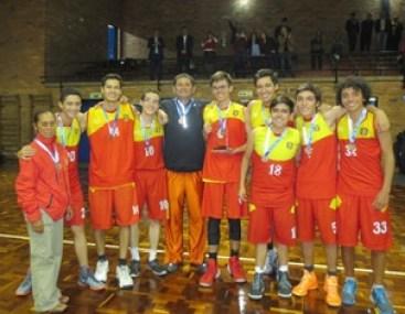 El equipo con el entrenador Jhon A. Gómez.