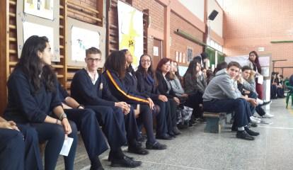 La profesora Rita Albañil junto a alumnado de 1º de Bachillerato.