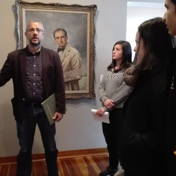 El profesor Julio Manuel Pérez comenta una obra de Ricardo Gómez Campuzano