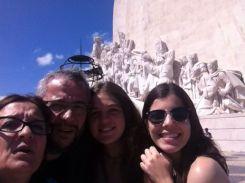 Isabel, Alex, Gabi y el profe Julio junto al monumento dedicado a Enrique el Navegante en el barrio de Belem