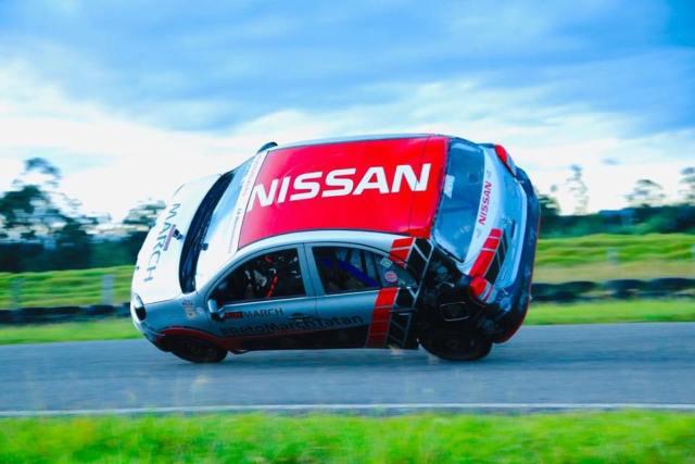 Nissan March en dos ruedas