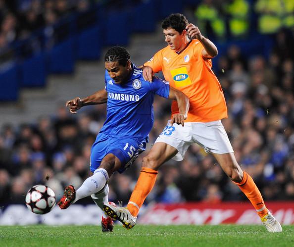 Em Stamford Bridge, o português Hélio Pinto, então APOEL, disputou bola com o francês Malouda, então Chelsea. (Foto: Zimbio)
