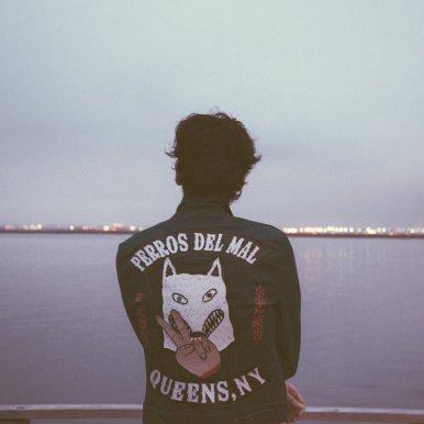 Tall Juan observando bahía Queens