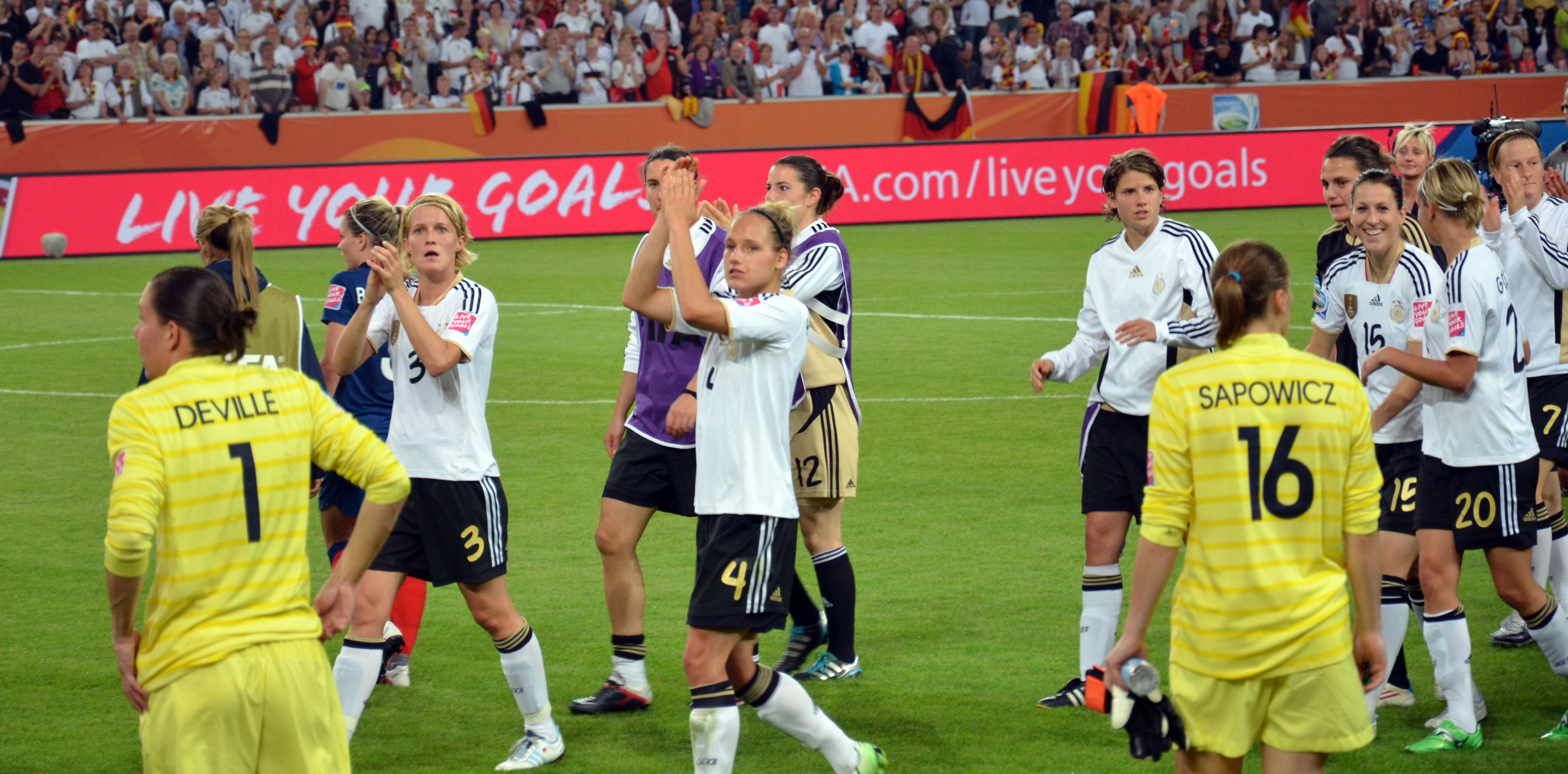 Jugadoras selección alemana saludando aficionados
