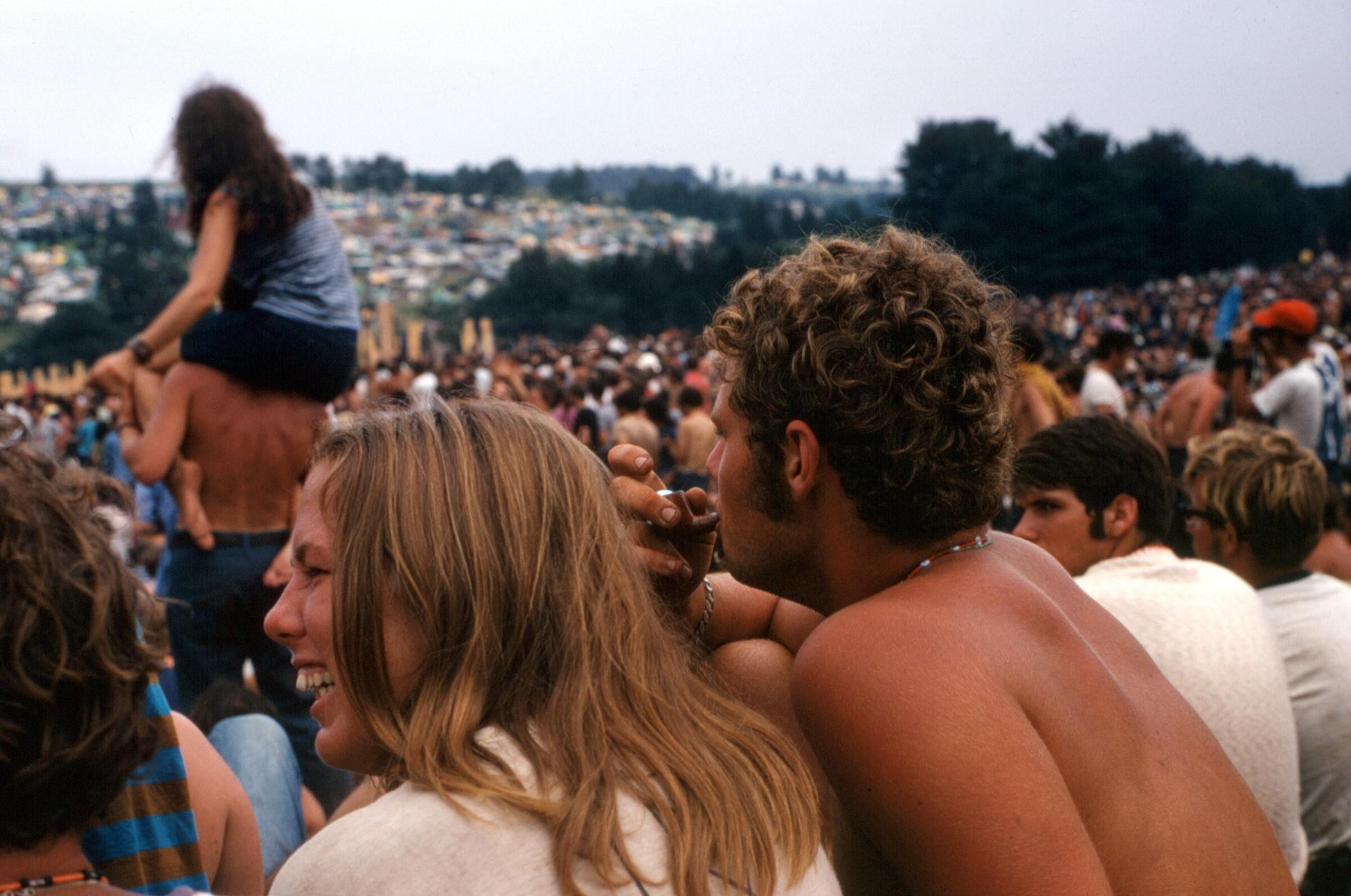 Chico chica woodstock 1969 fumando