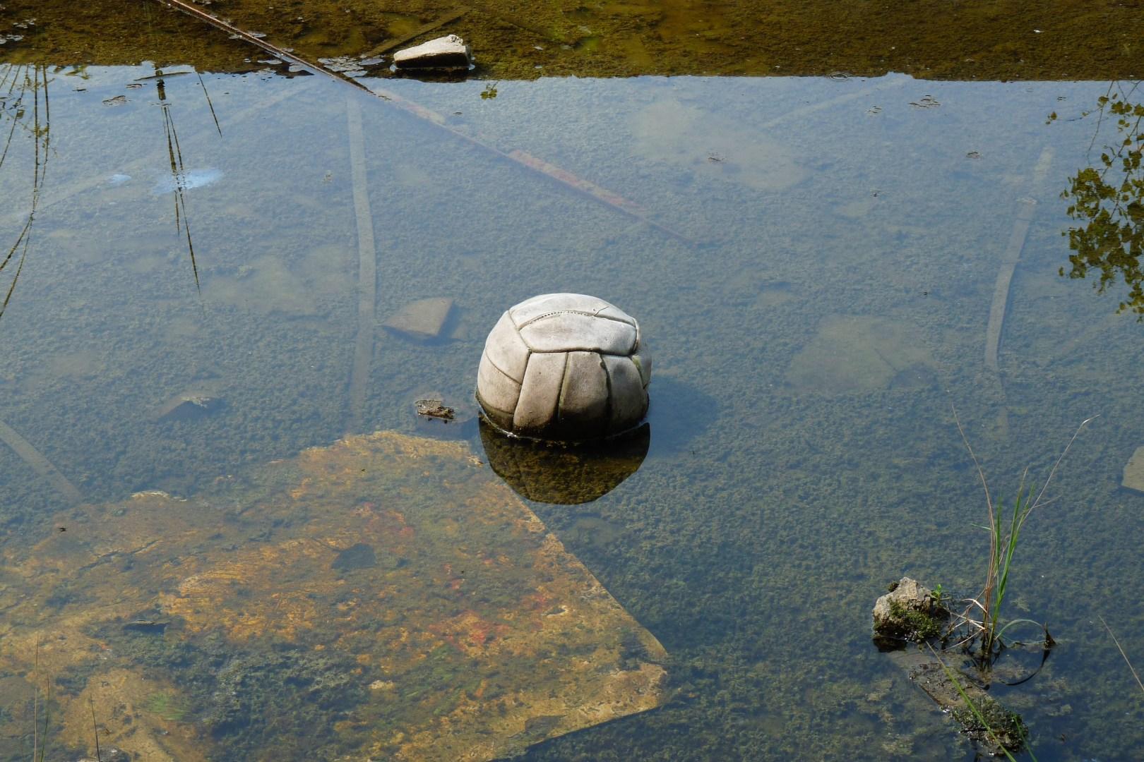 Pelota voleibol abandonada charco