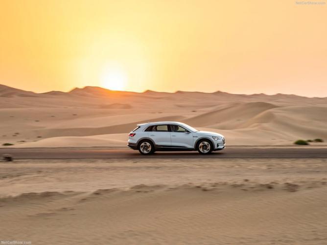 Audi-e-tron-2020-de lado ao por do sol