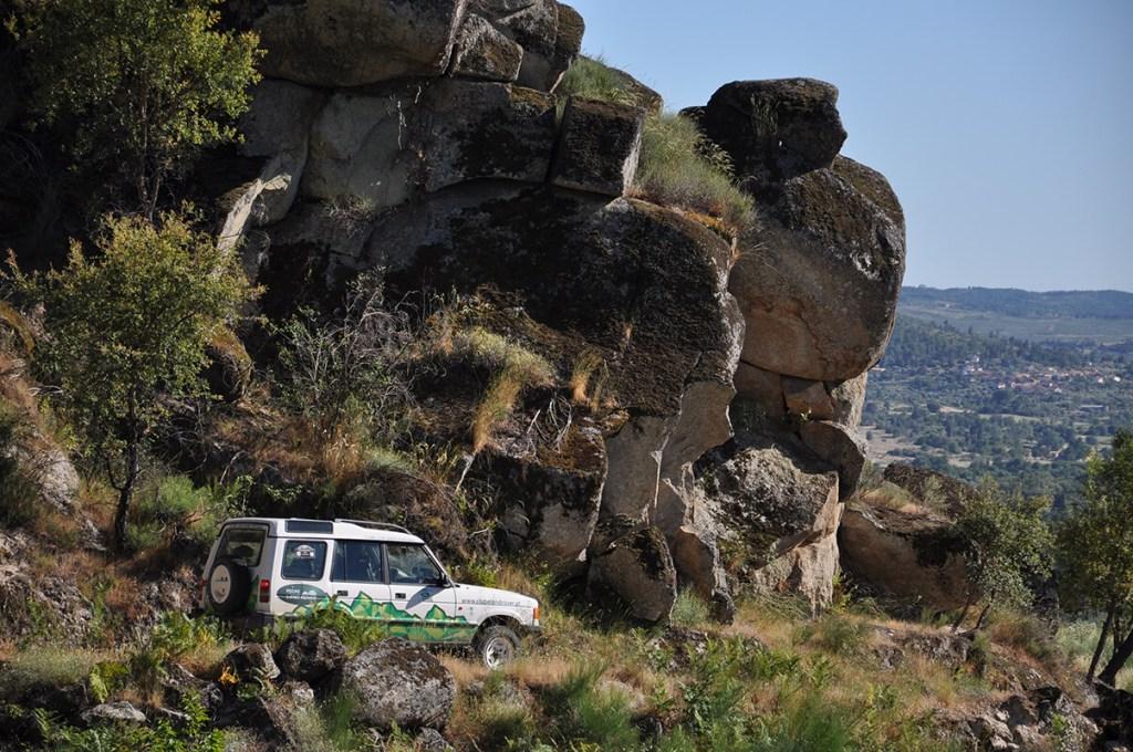 Em terras da Beira Alta, os barrocos de granito são uma imagem constante. Vão assinalar o ponto em que o percurso da primeira etapa chega a meio