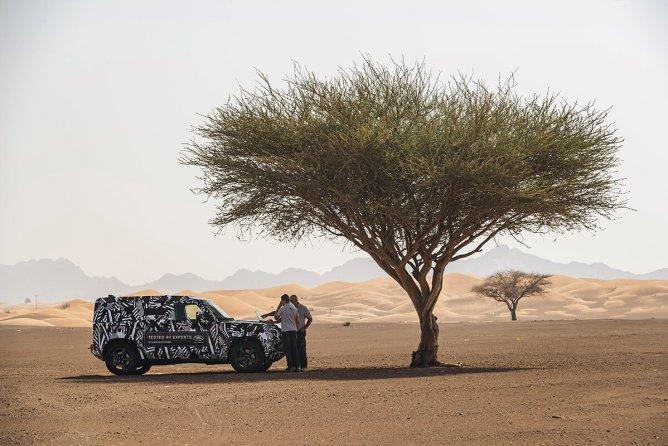 Engenheiros da Land Rover em testes com o novo Defender nos EAU