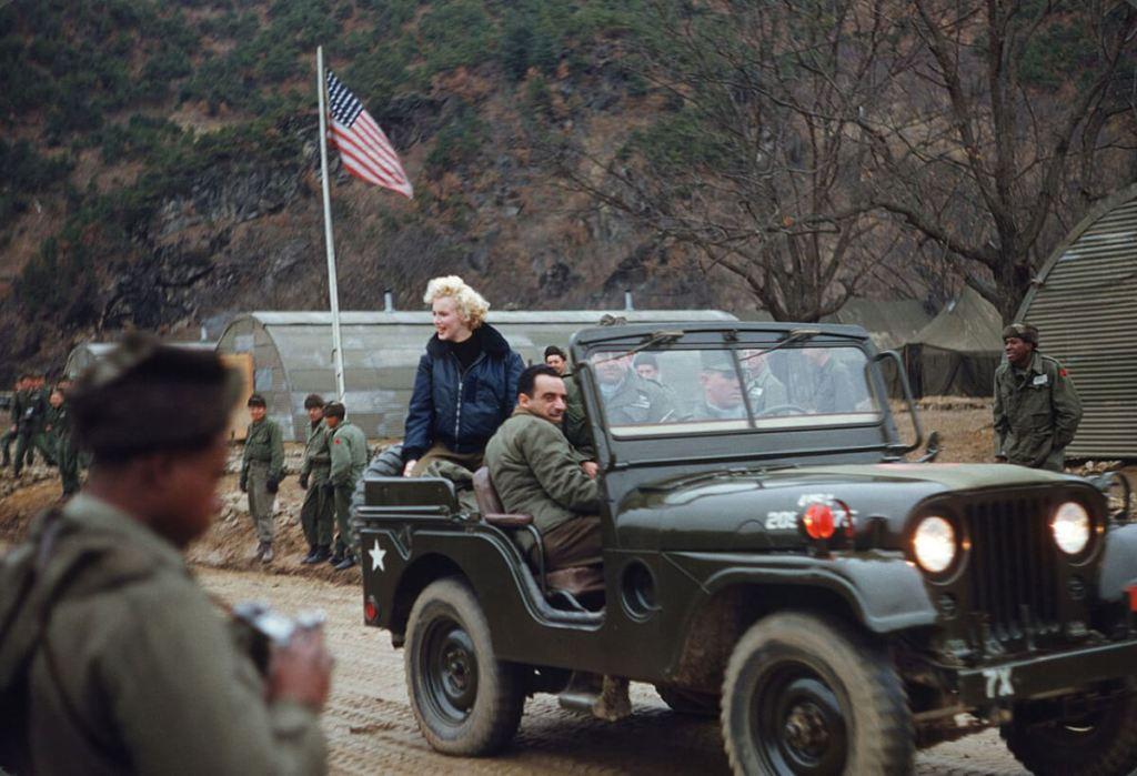 Marilyn Monroe num Jeep em 1954 na Coreia