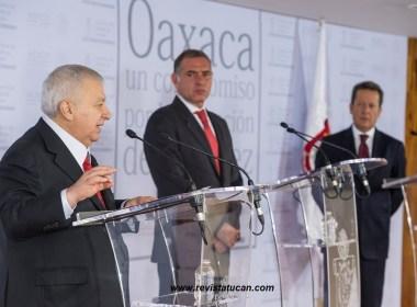 Emilio Chuayffet y Gabino Cué durante evento oficial para anunciar la desaparición del IEEPO