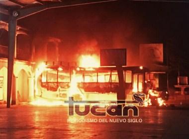 Camión bajo llamas en la explanada del Palacio Municipal de San Bartolomé Loxichas