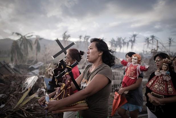 Phillipe López (Filipinas, W.P.F. 2011, 1er lugar, categoría: Noticias) / Sobrevivientes del huracán Haiyan, que dejó 8000 damnificados en Tolosa, Filipinas.